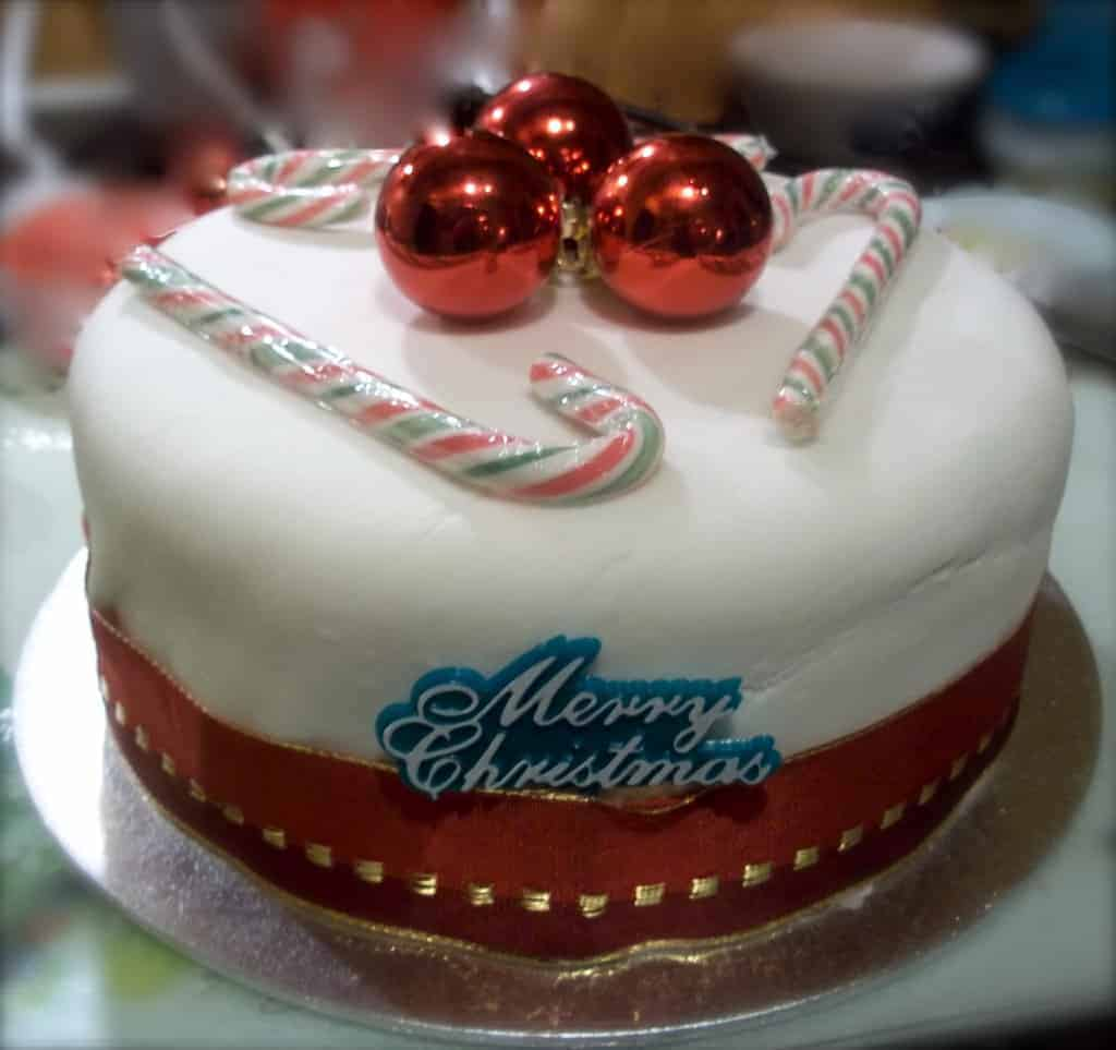 how to decorate a christmas cake the usual saucepans. Black Bedroom Furniture Sets. Home Design Ideas